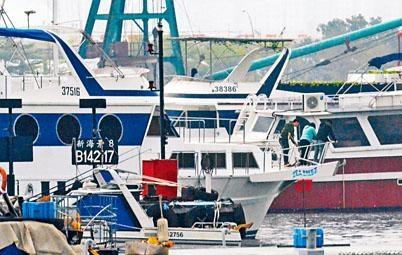 水警重案組探員登上遊艇調查斬纜刑毀案。