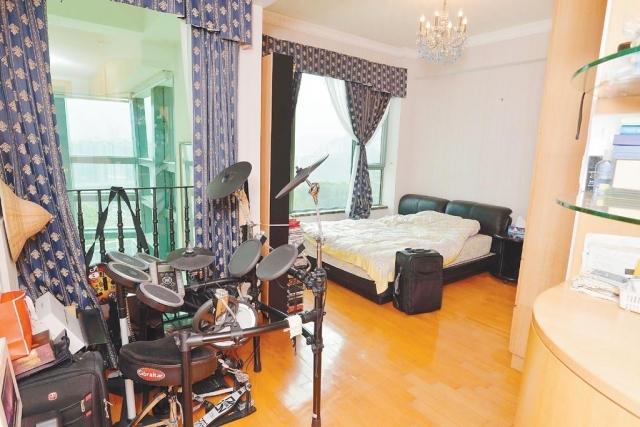 ■睡房以簡約作主調,牀架貼地設計,加強空間視覺效果。