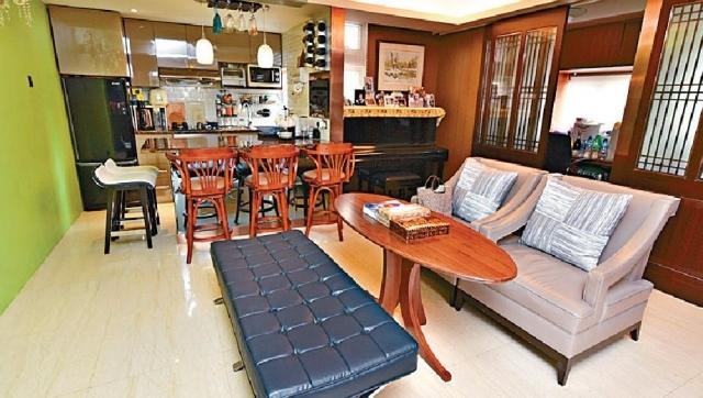 ■飯廳分成兩部份,其中一邊擺放沙發,方便招呼親朋好友。