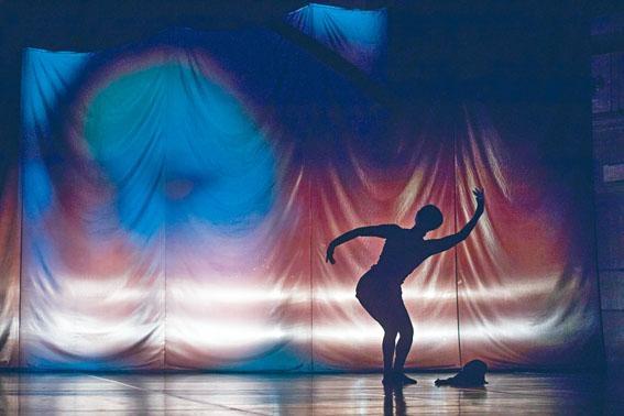 《Almost 55喬楊》中,喬楊的獨舞表演場景。