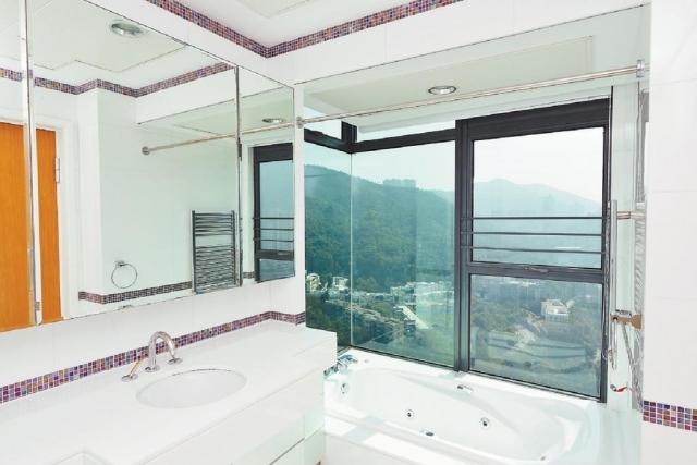 ■套廁的浴缸靠窗而放,可享山景。