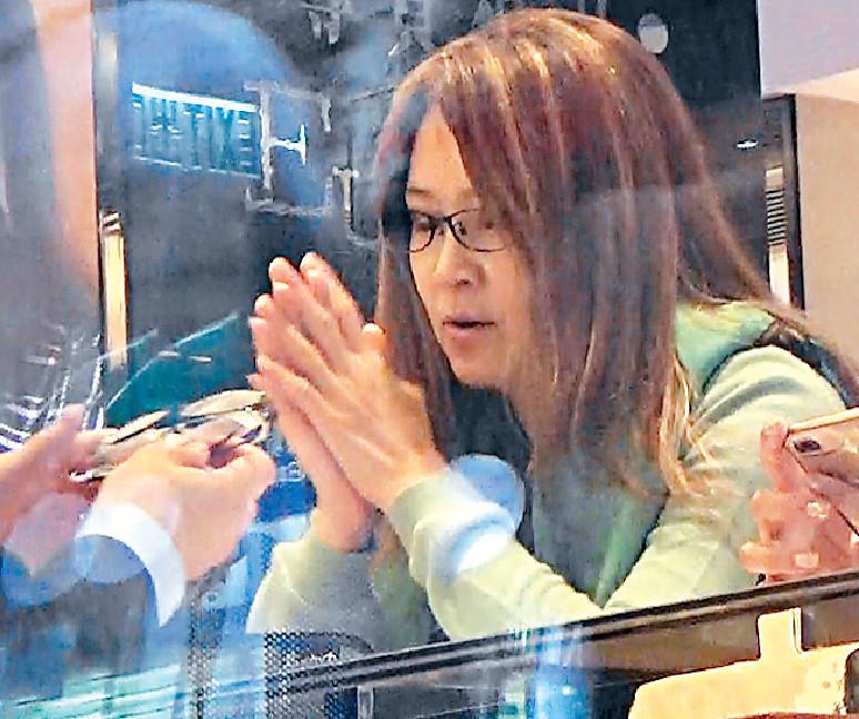 ■店員攞新眼鏡畀陳細潔試戴。