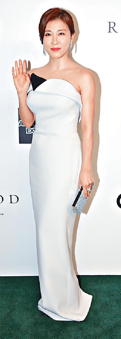 ■40歲的河智苑身穿白色露肩長裙,仙氣亮相。