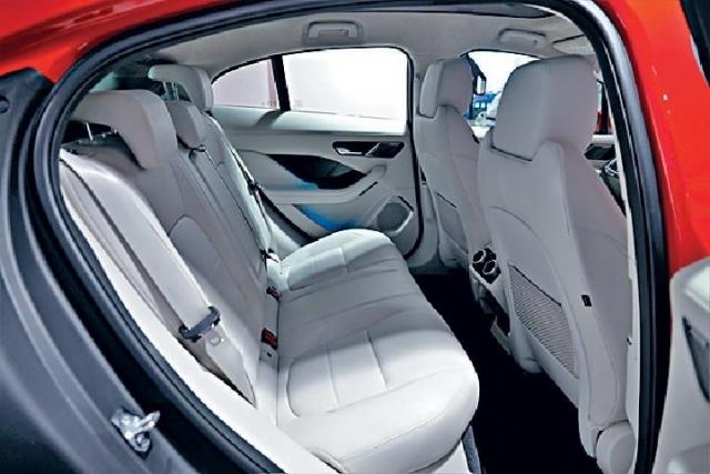 ■以中型SUV標準,後排腳位合理。