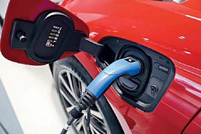 ■由於鋰電容量達90kWh,一般中速(7kW)充電需要10小時,還是不要用得太盡才充電吧。