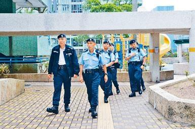 大批警員趕至搜捕賊人。