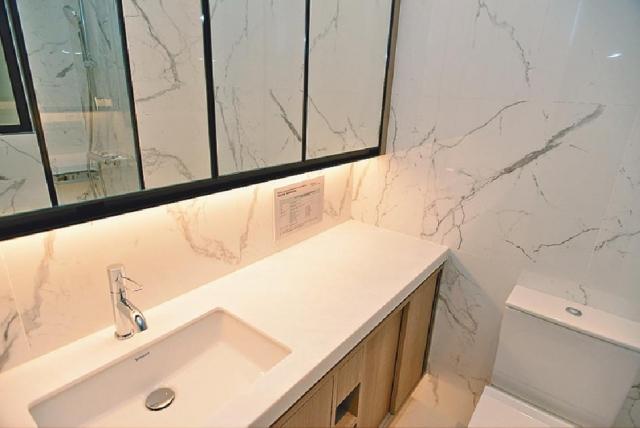 ■浴室以淺色為主,並附設儲物櫃。