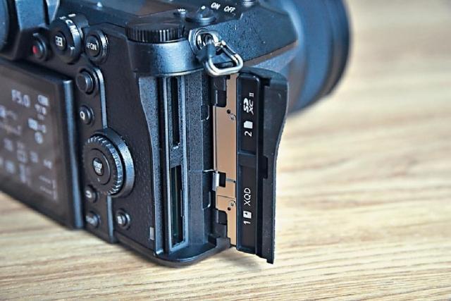 ■雙插卡槽支援XQD及USH-II的SD卡。