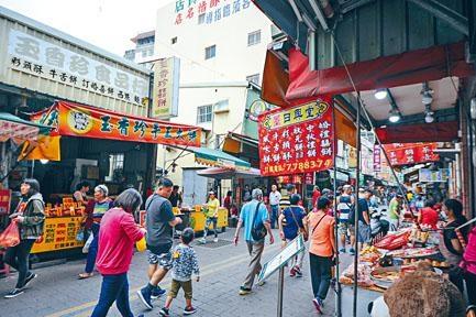 遊客來到老街都喜歡買土產。
