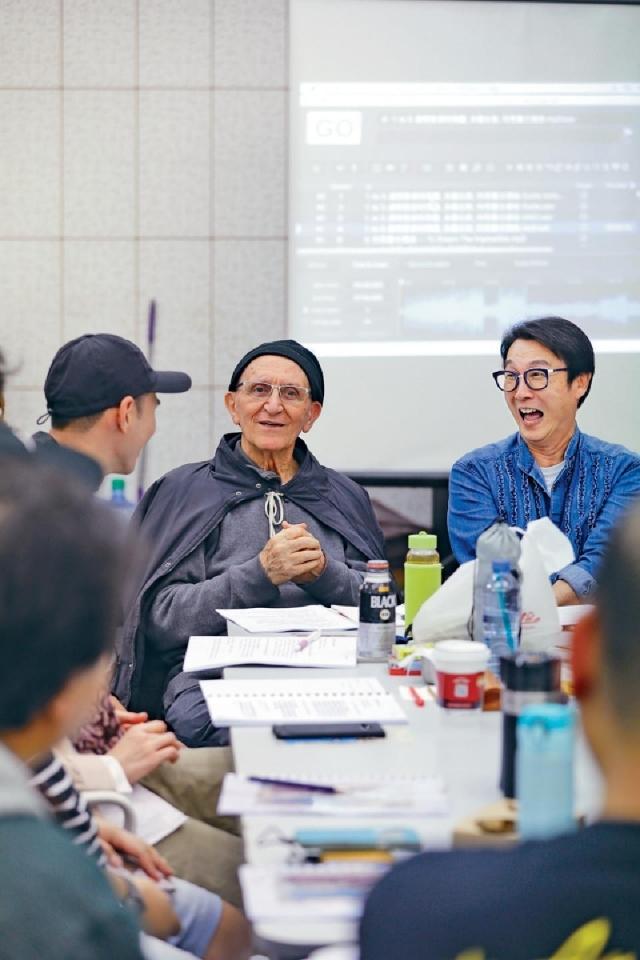 ■劉松仁(右)與恩保德神父(宗座外方傳教會,中)愉快地討論。