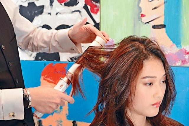 若想頭髮更富豐盈感,不妨利用捲髮夾來夾曲頭髮,不過只夾曲每段頭髮的中央位置。