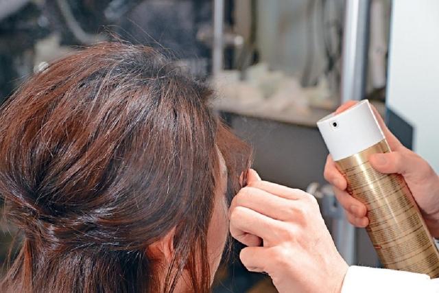 小臉造型 使用造型噴霧噴在髮根,讓髮根更有承托力及支撐力,是造型必備工具。