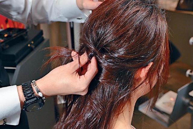 如想有小臉效果,髮型師教路可將髮夾夾於頭髮的中央位置,讓頭髮頂部看來更厚更豐盈,臉頰即時變小。