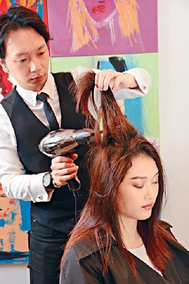 Kr+髮型師Max Li指出,在造型前先用風筒直吹於髮根位置,可加強頭髮的承托力。