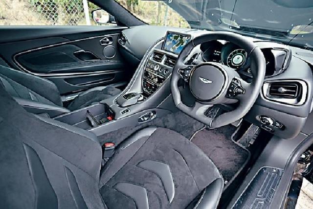 ■車廂佈局跟DB11相似,只是軚盤轉波撥片略為加長。