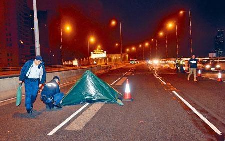 老翁王兆龍誤闖東廊遭輾斃,警方用帳篷蓋屍體調查。