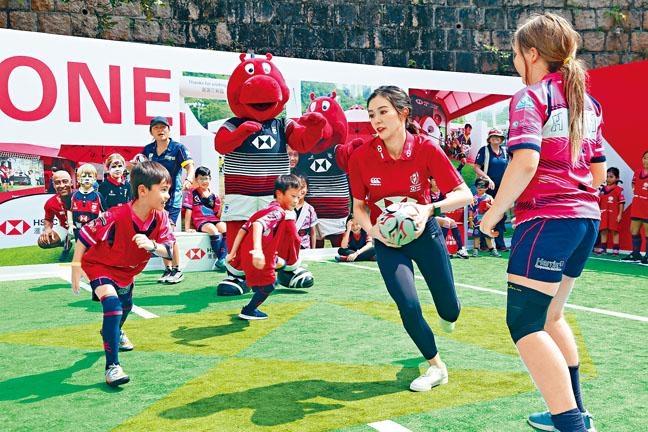 ■麥明詩的欖球動作似模似樣。