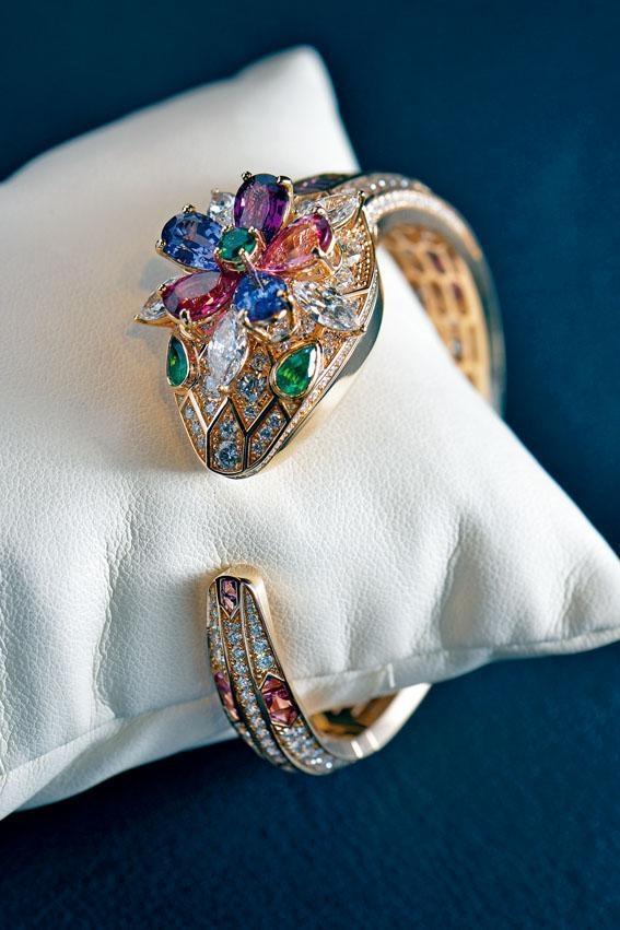 ●Bulgari這枚高級珠寶系列鑽石表,造型高貴,售價330,000歐羅。表面是隱藏式設計,內裏同樣鑲滿鑽石。