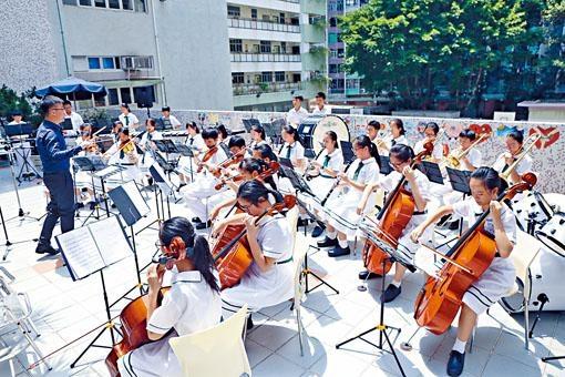元朗信義中學近年大力推動音樂教育,包括在初中提供校本音樂課程。