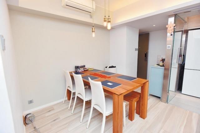 ■飯廳擺放了長形實木飯桌,天花配有特色吊燈。