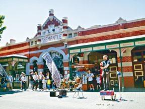 市集門前常有當地藝者表演。