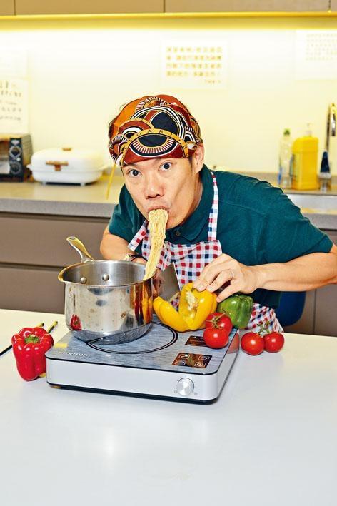 一邊煮即食麵,一邊在電磁爐上切蔬菜,快捷方便!