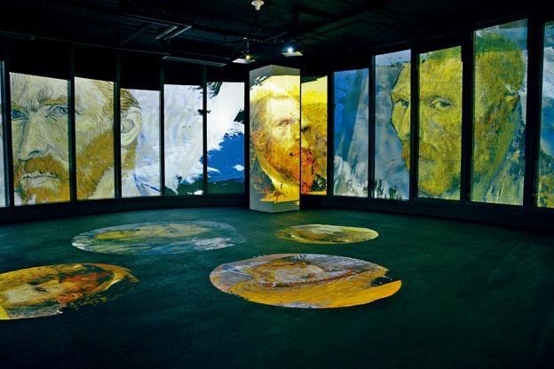 展覽以不同角度展示梵高的自畫像。