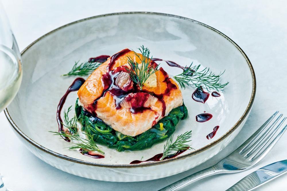 紅菜頭味噌三文魚 ,三文魚肉嫩無腥,加上醒胃紅菜頭醬,非常對味。