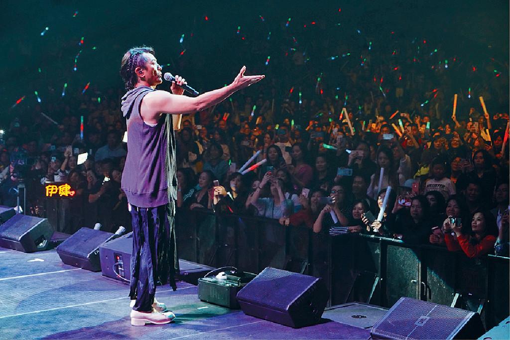 ■伊健一上台,歌迷立即起哄兼即刻進入瘋狂狀態。