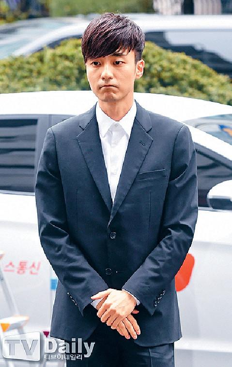 ■Roy Kim昨日到警署接受問話。
