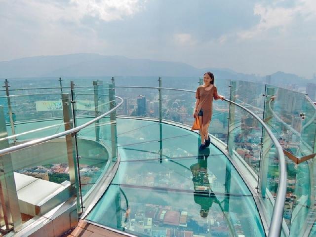 ■在The Top Penang頂層的Rainbow Skywalk玻璃步道橋,是個讓人感到一步一驚心的人氣景點。