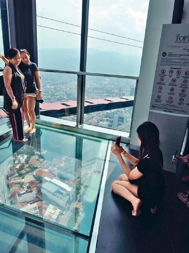 ■不少人都愛踩在玻璃地板上拍照留念。