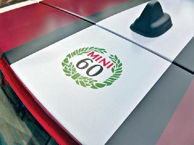 ■車頂貼上六十周年車花。