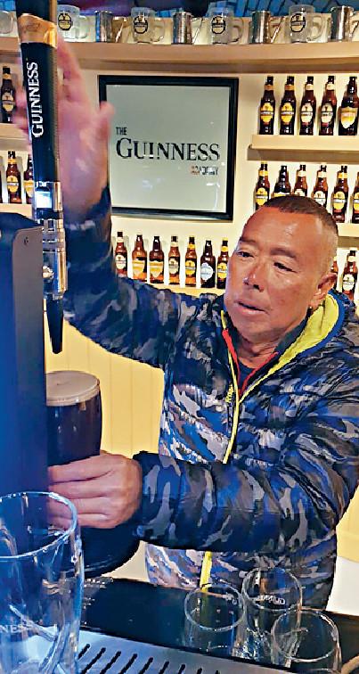 ■他在Guinness Storehouse參觀之餘,還學斟啤酒和買紀念品。