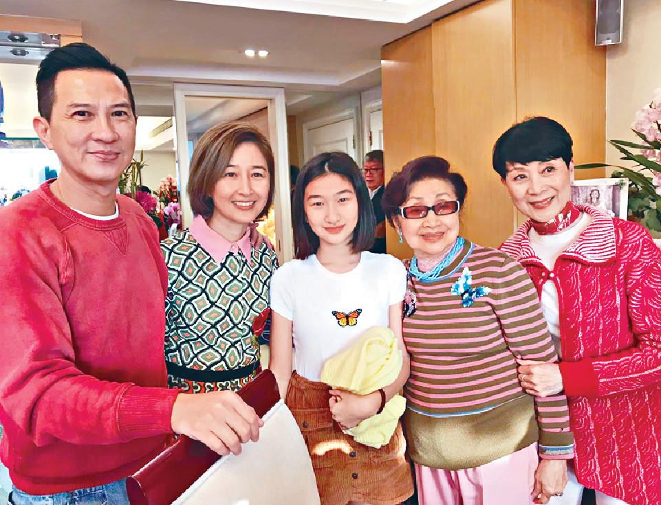 ■今個農曆年,白雪仙在家宴請圈中好友,張家輝及關詠荷帶埋囡囡出席。