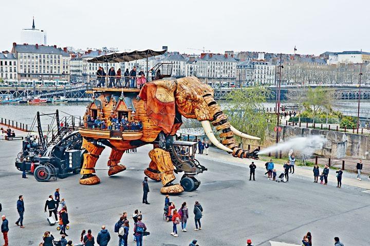 機械象每次可載五十名遊客出巡。