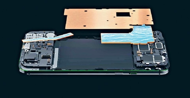 採用塔式全域液冷系統,將發熱組件完全覆蓋。