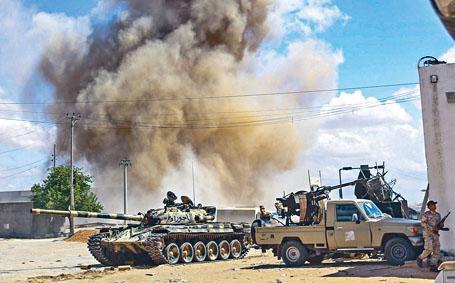 利比亞政府軍上周五在首都的黎波里附近與叛軍激戰。