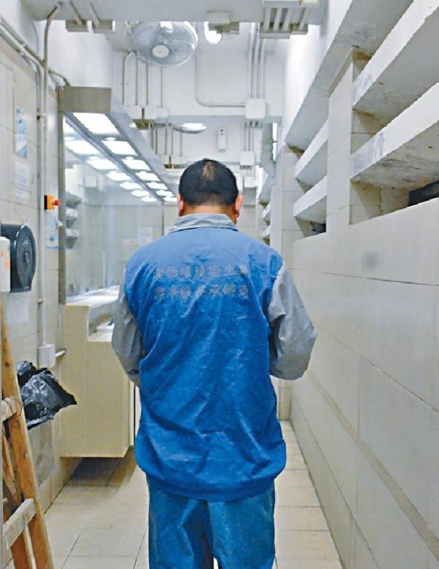 ■有清潔工指依上司指令,在值勤室內用膳。