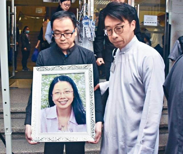 ■林老師胞弟捧着亡姐遺照,步出殯儀館。