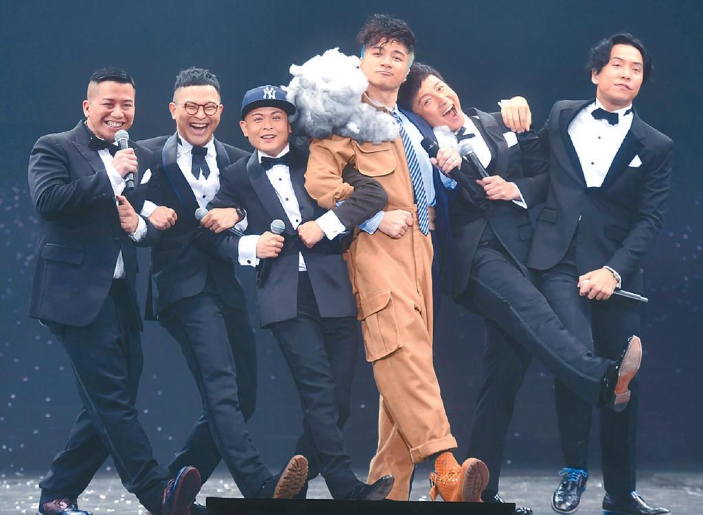 ■基仔與方力申(右二)、側田(左三)和小肥(左)等化身組合「一條筍」唱《年年有今日》。