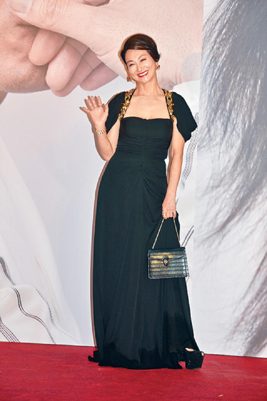 ■惠英紅穿上黑金色晚裝上陣,高貴大方。