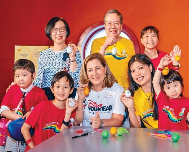 ■食衞局局長陳肇始、香港迪士尼度假區行政總裁楊善妮、生命小戰士會名譽贊助人胡定旭與一眾小戰士一起玩遊戲。