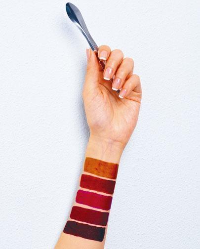 在選購產品之前,客人可以從色盤中選擇喜歡的顏色,made by MT的化妝品生產團隊,會根據客人喜好,按自訂的色調、質地及香味,製作出專屬的無害唇膏。
