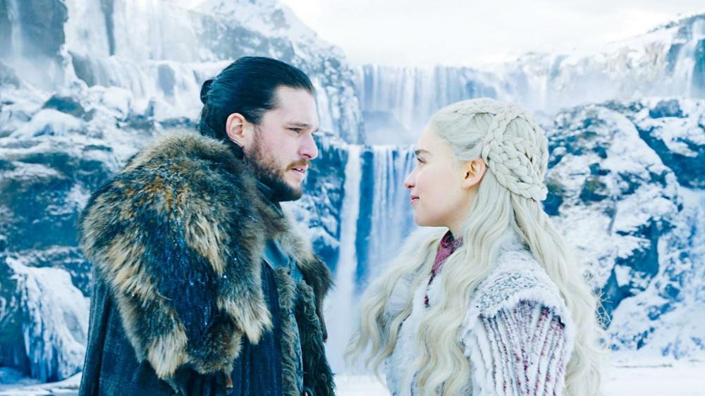 Jon Snow在《權力遊戲8》首集被揭身世,與龍母為姑侄關係。