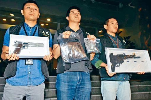 ■警方展示搜獲的兩支仿製手槍及鋼珠。