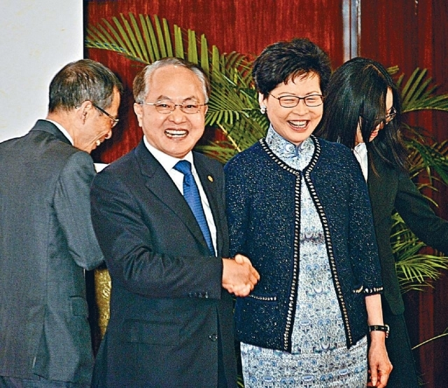 ■王志民與林鄭月娥昨日在「國家安全教育日」研討會碰面,握手合照。