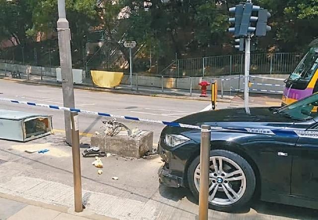 ■事發當日房車撞傷女子及電箱才停下。