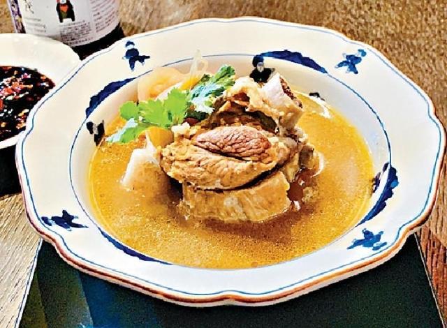 ■新加坡東寶中餐廳張偉忠師傅的馬來西亞肉骨茶,既有當歸甘澀,又有香蒜和白胡椒的辛香。