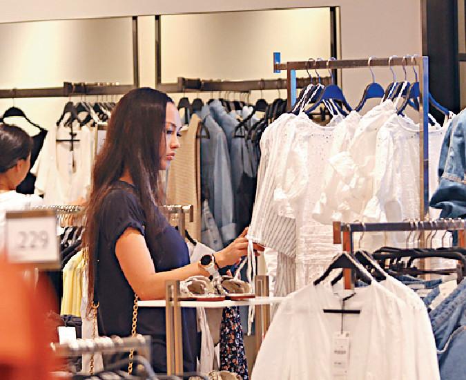 ■JC在店內專攻通花和透視衫裙。